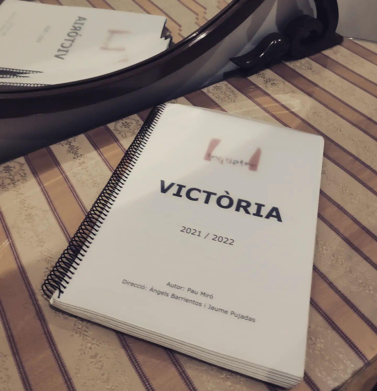 #tequatre ens embarquem en una nova aventura. Un bombó de text, en el que #paumiró no oblida cap detall. En el trascurs del 2022, donarem vida a #victoria.